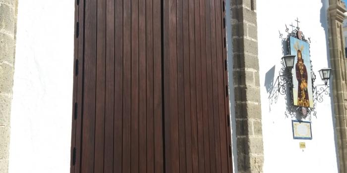 Finalizadas las Obras de pintura de las puertas de la Capilla de la Yedra y de la Casa Hermandad